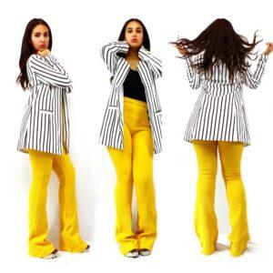 pantalon jaune et veste blanche